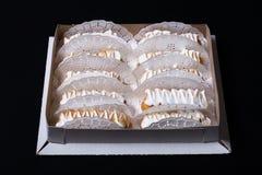 Eclairs faits maison frais crème blanche et chocolat remplissant sur le DA photos stock