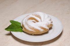 Eclairs frais avec la crème anglaise d'un plat Images libres de droits