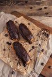 Eclairs o Profiterole con cioccolato fondente Cucinando sul cuocere SH Fotografie Stock