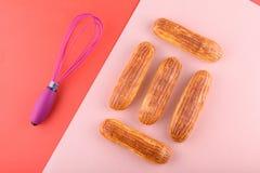 Eclairs saborosos e bonitos em um fundo colorido Sobremesa deliciosa fotografia de stock royalty free