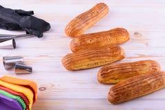 Eclairs saborosos e bonitos em uma placa de madeira Sobremesa apetitosa Fontes do partido foto de stock royalty free
