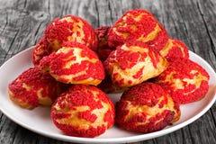 Eclairs shu торта с красной клубникой крошат Стоковые Изображения