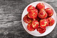 Eclairs shu торта с красной клубникой крошат Стоковое Фото