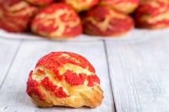 Eclairs shu торта с красной клубникой крошат Стоковые Фото