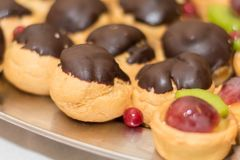 Eclairs z czekoladowymi polewami obrazy royalty free