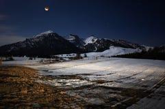 Eclipse della luna nelle montagne Fotografia Stock
