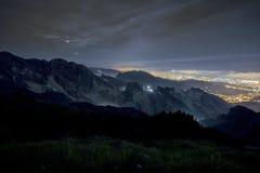 Eclipse lunar 2018 27 de julho de 2018 total, chamada é lua do sangue Vista das pedreira de mármore de Carrara, Alpi Apuane toscâ imagens de stock royalty free