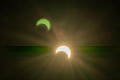 Eclipse solar con los fondos de los efectos luminosos Foto de archivo