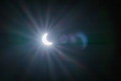 Eclipse solar con los fondos de los efectos luminosos Imágenes de archivo libres de regalías