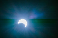 Eclipse solar con los fondos de los efectos luminosos Fotografía de archivo libre de regalías