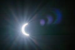 Eclipse solar con los fondos de los efectos luminosos Fotos de archivo libres de regalías