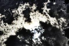 Eclipse solar detrás del cielo dramático foto de archivo libre de regalías