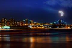 Eclipse solar, New York NY ponte de Williamsburg do 21 de agosto de 2017 no crepúsculo que mede o East River Fotografia de Stock