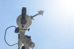 Eclipse solar observando com telescópio Telescópio com fil solar fotos de stock