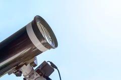 Eclipse solar observando com telescópio Telescópio com fil solar imagem de stock royalty free
