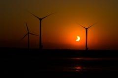Eclipse solare parziale e mulino a vento Fotografia Stock Libera da Diritti