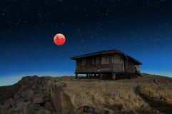 Eclissi eccellente della luna del sangue blu e una vecchia casa abbandonata Immagini Stock Libere da Diritti