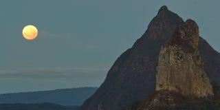 Eclissi lunare di Penumbral alle montagne della serra Immagine Stock Libera da Diritti
