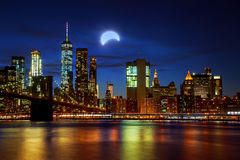 Eclissi solare, New York NY 21 agosto 2017 New York & x27; orizzonte del ponte di Brooklyn e di Manhattan di s illuminato Immagine Stock
