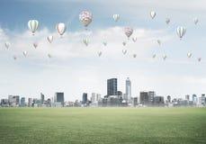 eco与飞行在城市上的浮空器的绿色生活的概念 免版税库存图片