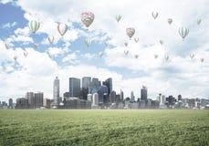 eco与飞行在城市上的浮空器的绿色生活的概念 库存图片
