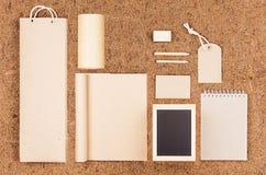 Eco公司本体模板;空白包装,文具,牛皮纸礼物在棕色椰子须根背景的 免版税库存图片