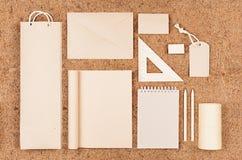 Eco删去包装,文具,牛皮纸礼物在棕色椰子须根背景的 免版税库存图片