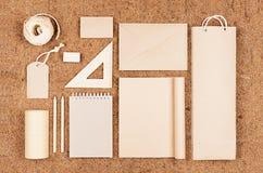 Eco删去包装,文具,牛皮纸礼物模板在棕色椰子须根背景的 免版税库存照片