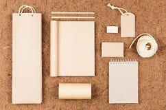 Eco删去包装,文具,牛皮纸礼物模板在棕色椰子须根背景的 免版税图库摄影