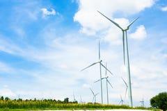 Eco力量,在风力场的风轮机 库存图片