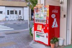 Eco可口可乐红色自动售货机卖与逗人喜爱的北极熊吉祥人的饮料 免版税库存照片