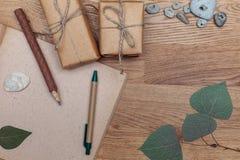 Eco在木背景设置的办公室文具 顶视图 免版税库存照片