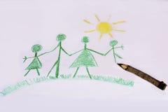 Eco家庭观念 绿色与黄色太阳的被绘的家庭 免版税库存图片