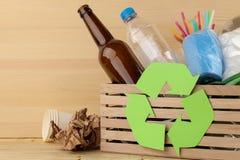 Eco标志和垃圾在箱子 回收 回收废物 在自然木背景 免版税库存图片