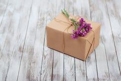 Eco样式有干花的礼物盒在木背景 免版税库存图片