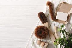 Eco自然椰子肥皂和刷子洗涤的盘的, eco星期五 库存图片