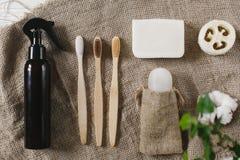 Eco自然竹牙刷,水晶防臭剂, luffa,椰子 库存图片
