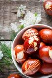 Eco装饰 用自然草装饰的复活节彩蛋 库存图片