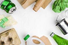 Eco återvinningbegrepp med avskräde på abstrakt vit bakgrund royaltyfria foton