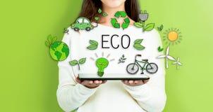 Eco при женщина держа таблетку стоковое изображение rf