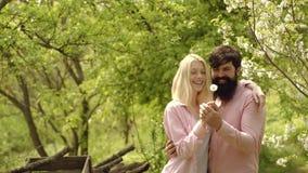 Eco?? 夫妇和菜在农场 绿草领域风景 夏天夫妇和肉欲的片刻 Eco?? 股票视频