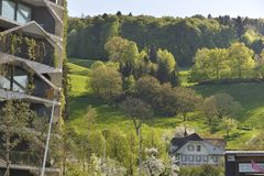 Eco arkitektur Grön skyskrapabyggnad med växter som växer på facaden Arkivbilder