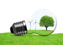 Eco-Birne mit Windkraftanlagen und Baum Lizenzfreies Stockbild