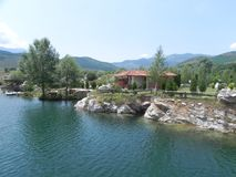 Eco byhus i Pirin berg Royaltyfria Bilder