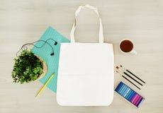 Eco criativo, na moda, art?stico, totalizador, zombaria do saco do algod?o acima imagens de stock