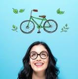 Eco cykel med den lyckliga unga kvinnan arkivfoto