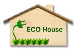 Eco dom na Małym domowym drewnianym modelu odizolowywającym na białym backgrou Zdjęcia Stock