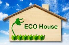 Eco dom na Małym domowym drewnianym modelu Zdjęcie Stock