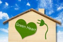 Eco dom na Małym domowym drewnianym modelu na niebieskiego nieba tle Fotografia Stock
