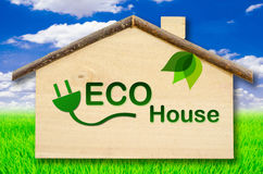 Eco dom na Małym domowym drewnianym modelu na niebieskiego nieba tle Fotografia Royalty Free